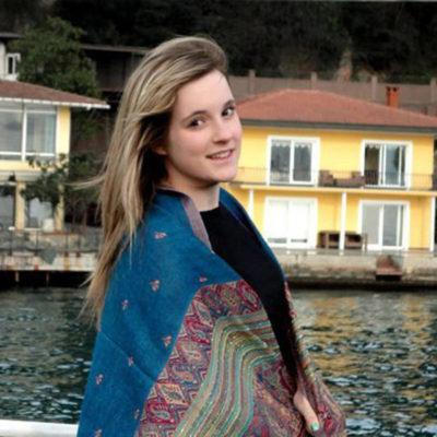 Headshot of Laura Walker